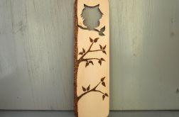 drewniana zakładka z sową na drzewie