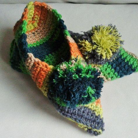 Kapcie w jesiennych kolorach z pomponem