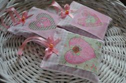 Komplet czterech romantycznych saszetek z lawendą (różowe z serduszkami)
