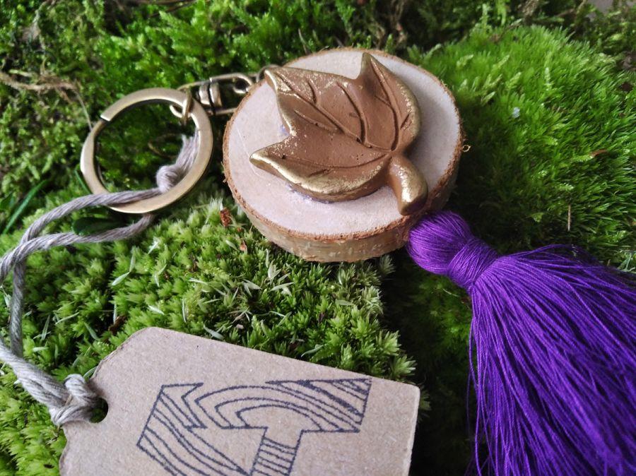 Breloczek drewniany rustykalny liść fiolet