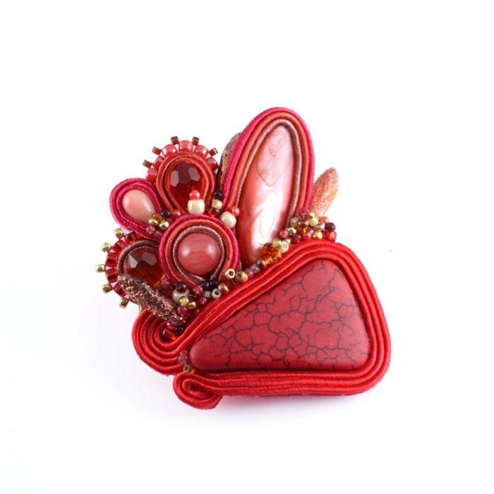 Czerwona sutaszowa broszka z howlitem