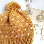 Czapka z pomponem w kolorze miodowym - czapka na zimę