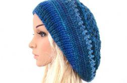 obszerny ażurowy beret w błękitach