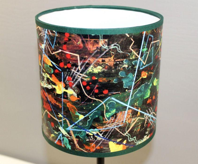 """Lampa nocna stojąca z obrazu """"gEOLOGIKA"""" S - Abażur wykonany z wysokiej jakości materiałów."""