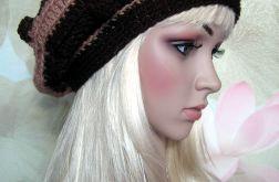 Brąz i beż - beret z bąbelkami w paski