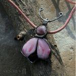Różowy żuczek - żuk ze szkła i miedzi