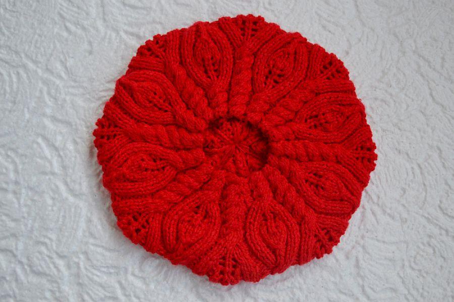 Czerwony beret z warkoczem