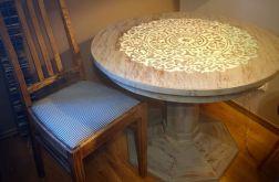 Odnowiony stolik, stół, zdobiony ornamentem