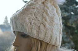Ciepła czapka w warkocze z pomponem ecru