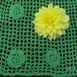 zielone wdzianko - uzupełnienie szydełkowymi kwiatkami