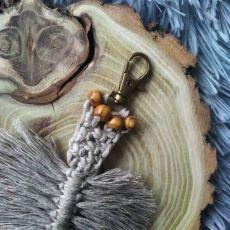 Breloczek liść boho szary brąz III