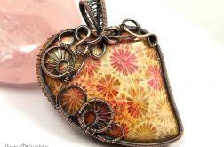 Skamielina koralu, miedziany wisior serce red