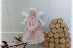Aniołek w sukience jasnoróżowej