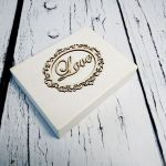 Białe pudełko na obrączki z mchem