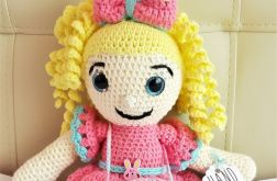 mała lalka maskotka na szydełku dla dziecka