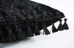 Aksamitna czarna poduszka z frędzlami