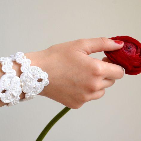 Biała ażurowa bransoletka ślubna z perłami