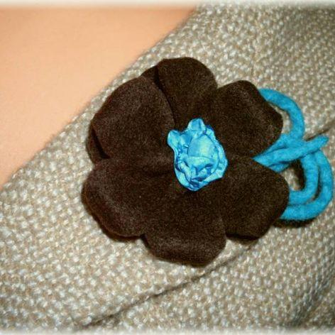 Brązowo turkusowy kwiat - broszka