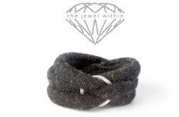 Bransoleta ciemno szara - kolekcja Otulacze nadgarstków