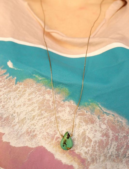 Wisiorek z kroplą turkusu - Wisiorek na złotej nitce z kamieniem turkusem