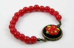 Czerwone koraliki i haftowany kwiat