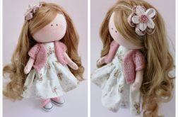 Lalka w letniej sukience i kwiatem we włosach
