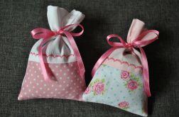 Dwa romantyczne różowe woreczki z lawendą