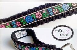 Breloczek szydełkowy - Kwiaty na czarnym