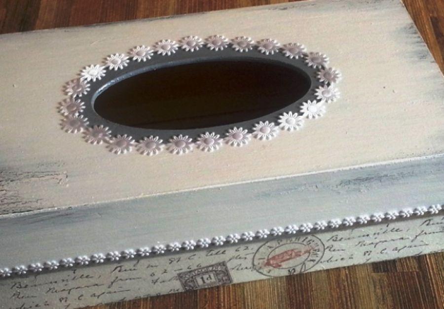 Retro chustecznik - Oryginalny retro chustecznik w kolorach szaro-popielatych zdobiony metodą serwetkową decoupage, przyozdobiony dodatkowo pasmanterią (białe gwiazdeczki). kolorystyka chustecznika jest uniwersalna i niezobowiązująca do wystroju pomieszczenia