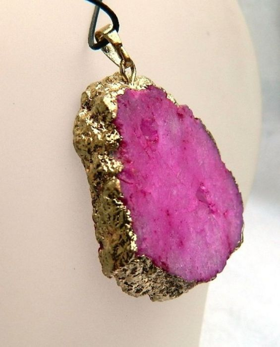 Różowy matowy kryształ z tytanem, wisiorek