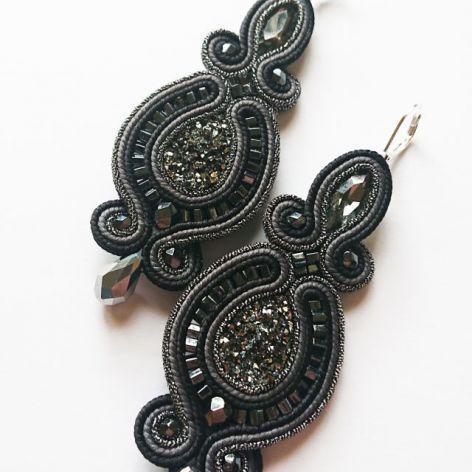 Szaro-czarne kolczyki z żywicą i kryształkami