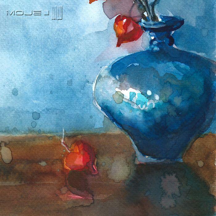 Miechunka w niebieskim wazonie - kwiaty w wazonie