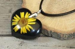 Wisiorek z żywicy serce z z żółtym kwiatem
