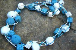 Niebiesko - białe korale, porcelana i lawa