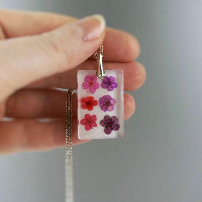 Srebrny wisiorek z żywicy z kwiatkami Srebro