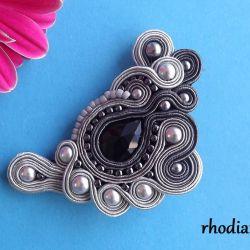 Szara z czarnym kryształkiem broszka sutasz