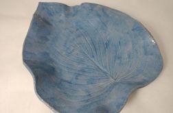 Niebieski talerz na owoce w kształcie liścia