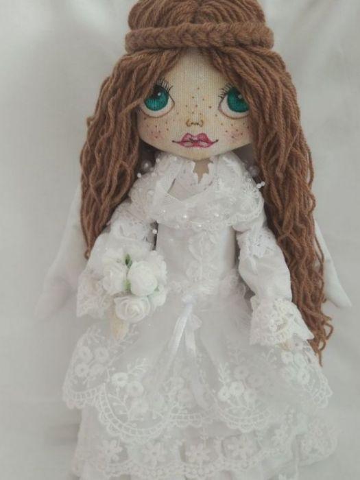 anioł w bieli z malowaną buźką -