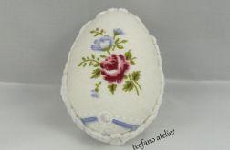 Jajka w tkaninie z kwiatami