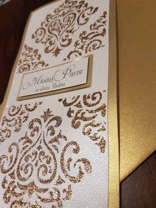 Kartka ślubna zdobiona złotą pastą brokat.