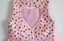 Różowa sukienka z serduszkiem na plecach