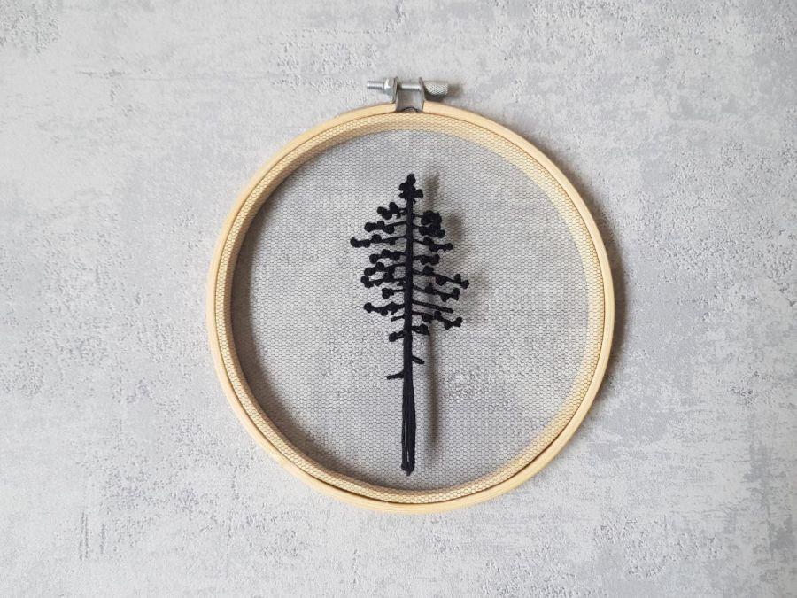 Haft na ścianę: samotna sosna