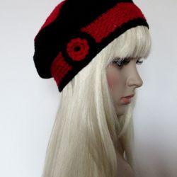 Czarno-czerwony beret z kwiatkiem