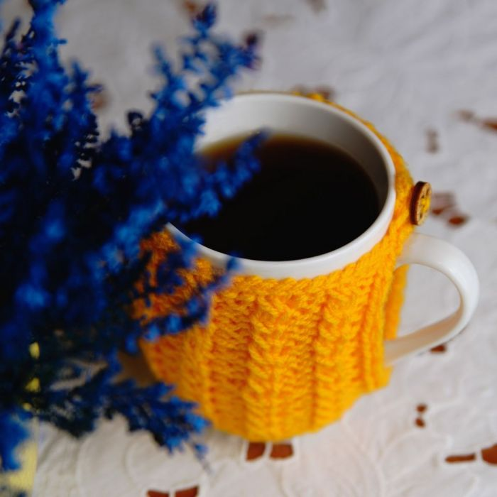 Kubek w sweterku - żółty