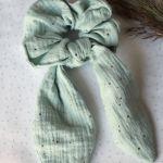 Miętowa gumka z muślinu ze złotymi kropkami - Gumka scrunchies do włosów