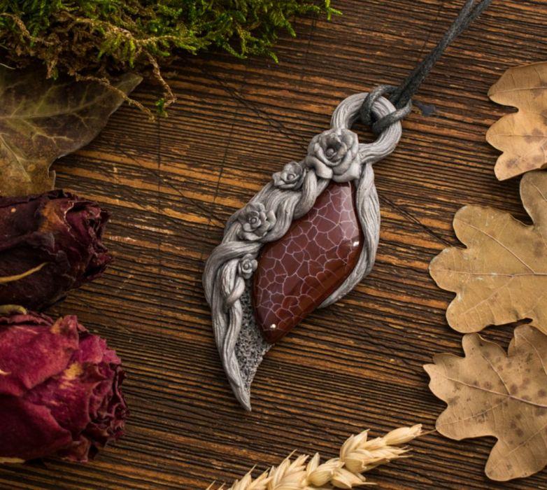 Różany wisior w srebrnej oprawie