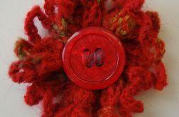 broszka z czerwonym guzikiem