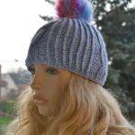 Ciepła czapka z pomponem - beret z warkoczem