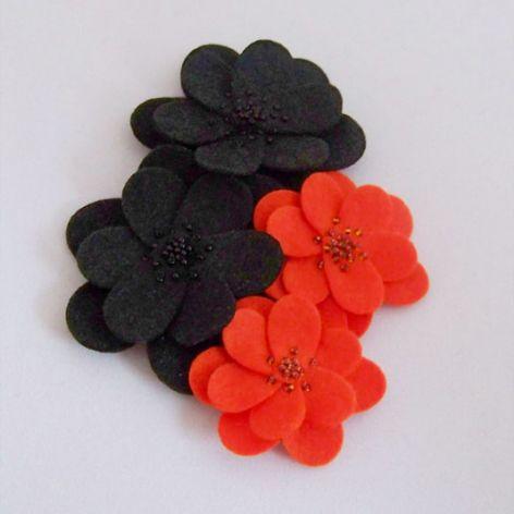 Kwiaty pomarańczy w gąszczu czerni