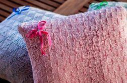 Poduszka z ażurową poszewką z włóczki, biel i róż